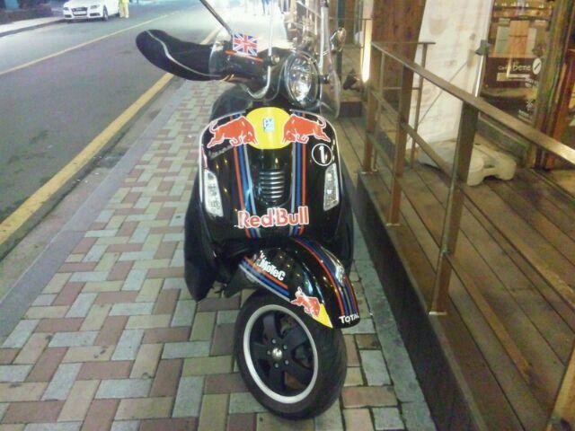 レッドブルのバイク…。